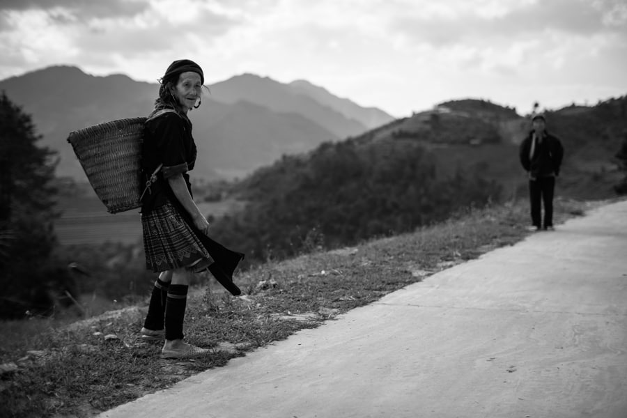meeting friendly Hmong epople on the road on a photo tour with Pics of Asia